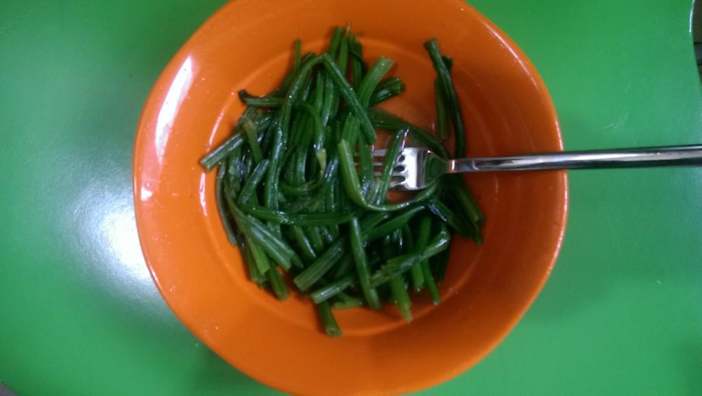 Salat aus Spinat-Stengel