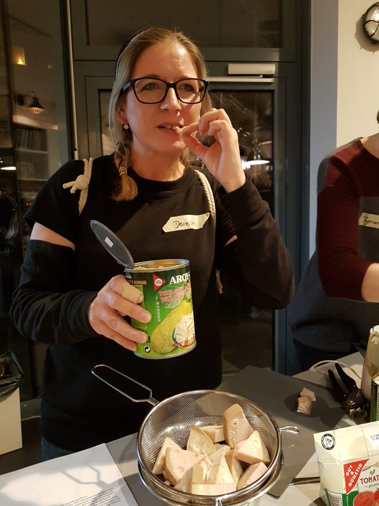 Kostprobe von Jackfruit aus der Dose als Zutat für veganes Pulled Pork.