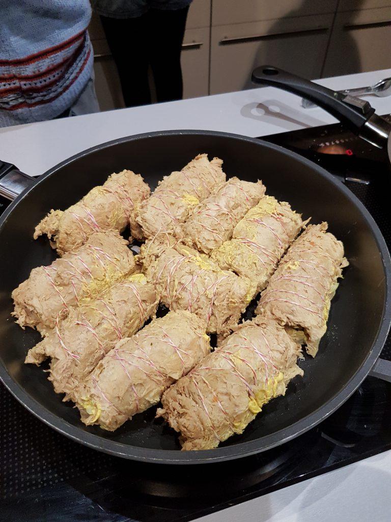 vegane Rouladen aus Sojaschnitzeln in der Pfanne