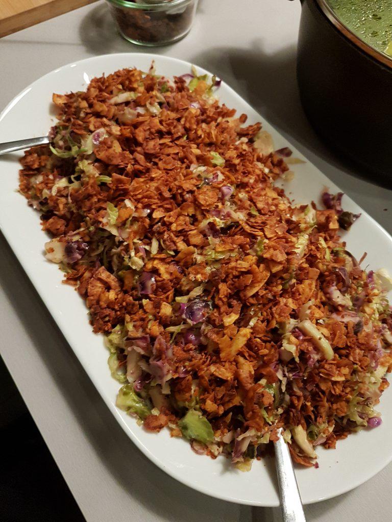 Bunter Blumenkohl mit gerösteten Flocken mit Chili als Topping